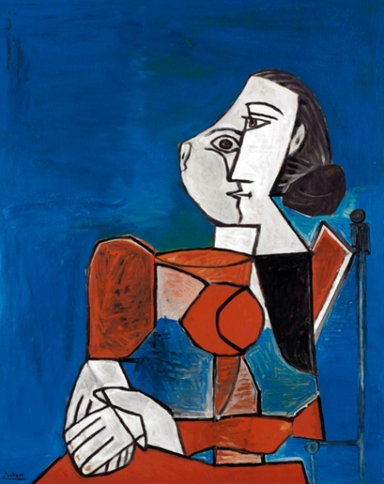 Femme Assise En Costume Rouge Sur Fond Bleu